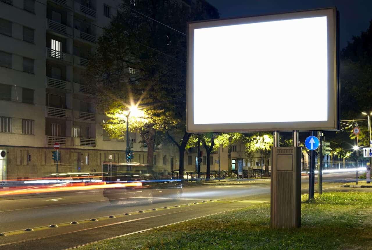 Panneaux publicitaires lumineux: les avantages par rapport à l'affichage classique